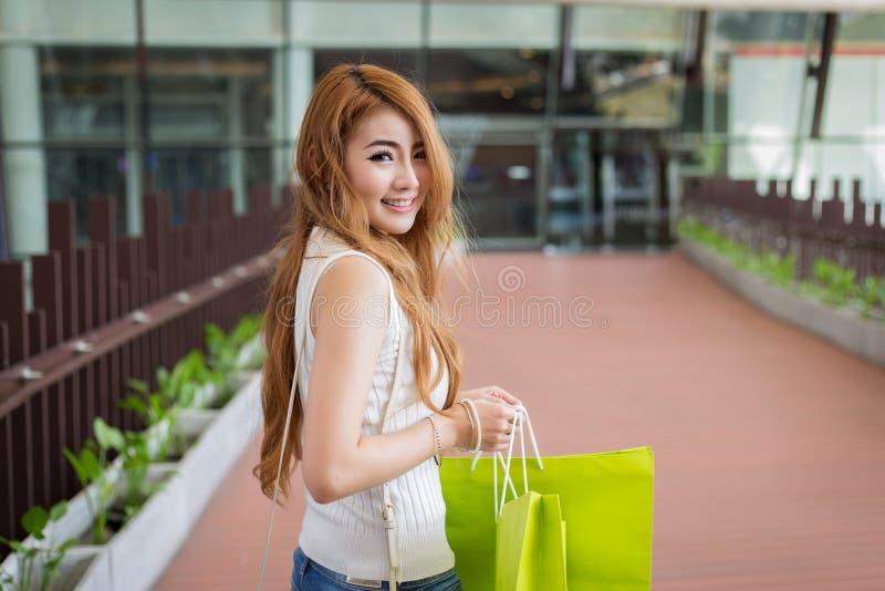有购物袋的美丽的妇女 库存图片