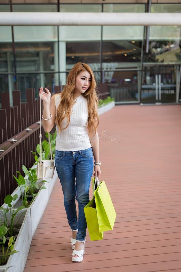 有购物袋的美丽的妇女 免版税库存照片