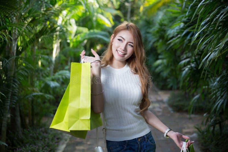 有购物袋的美丽的妇女 免版税库存图片