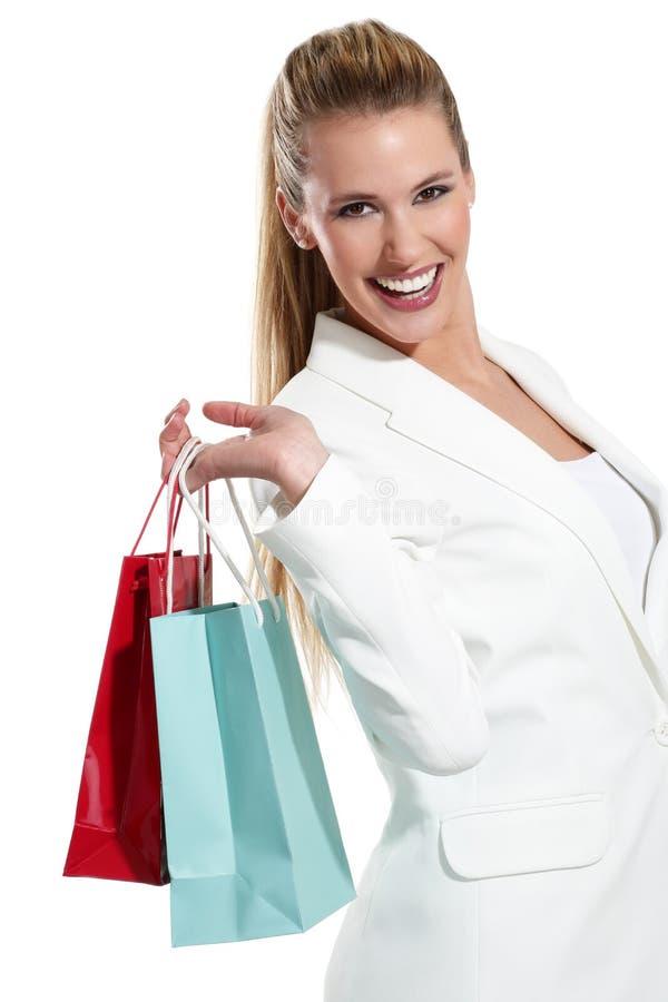 有购物袋的年轻美丽的妇女 免版税图库摄影