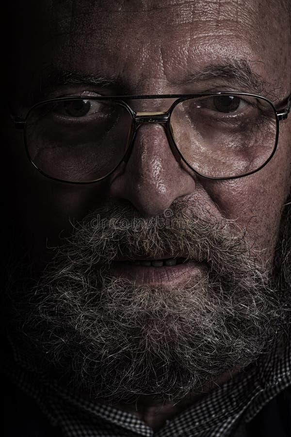 有玻璃和胡子的老人 德拉甘作用 库存照片