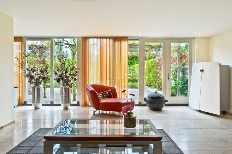 有玻璃咖啡桌的现代客厅 免版税库存图片