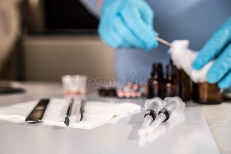 有玻璃小瓶和疗程药片的注射器 库存照片