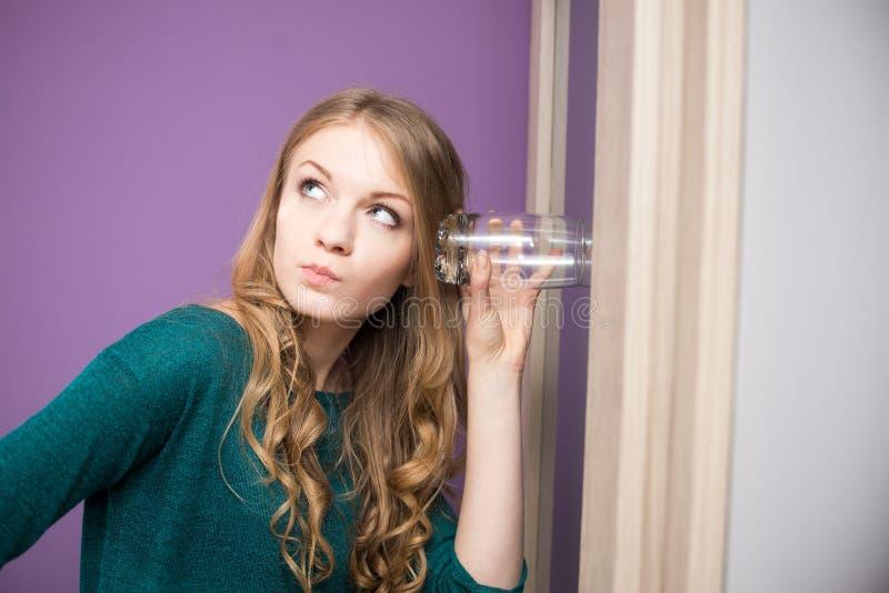 有玻璃的好奇少妇 库存图片