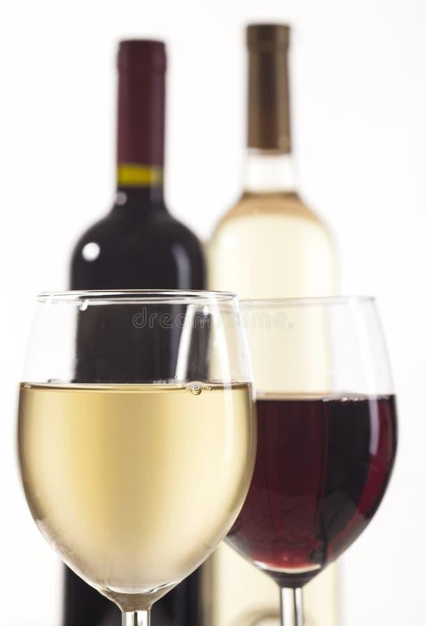 有玻璃的红色和白葡萄酒瓶 免版税库存照片