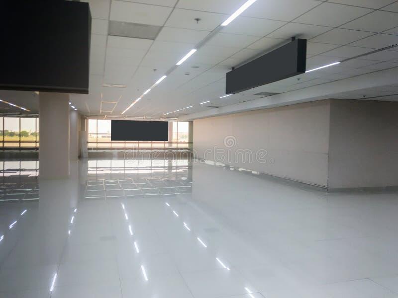 有玻璃窗内部的标准机场霍尔 免版税图库摄影