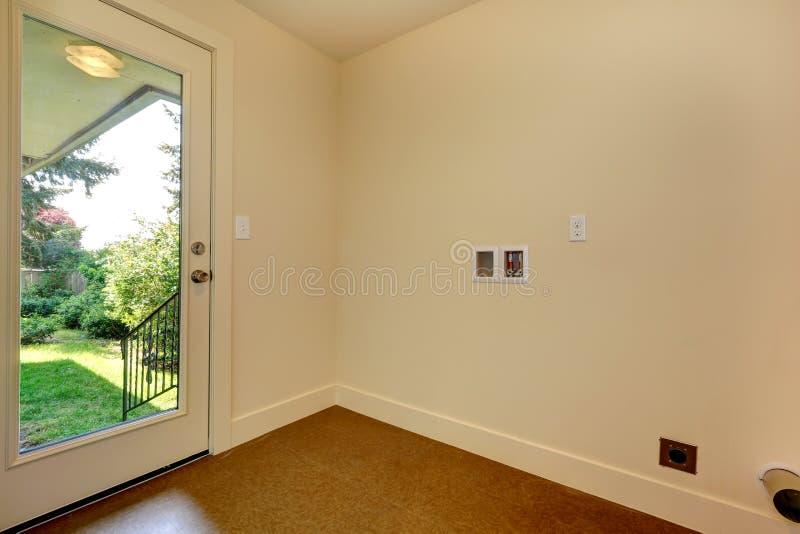有玻璃门的空的走廊对后院 库存图片