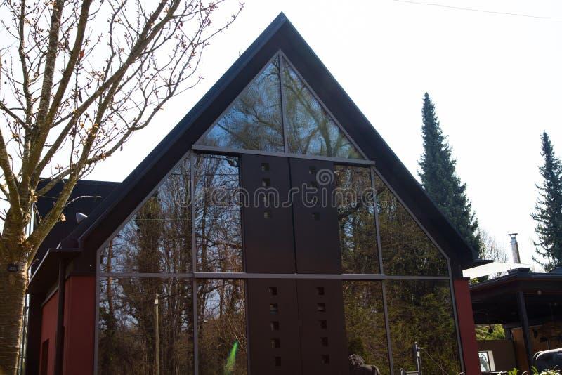 有玻璃门面的独立式住宅 免版税库存图片