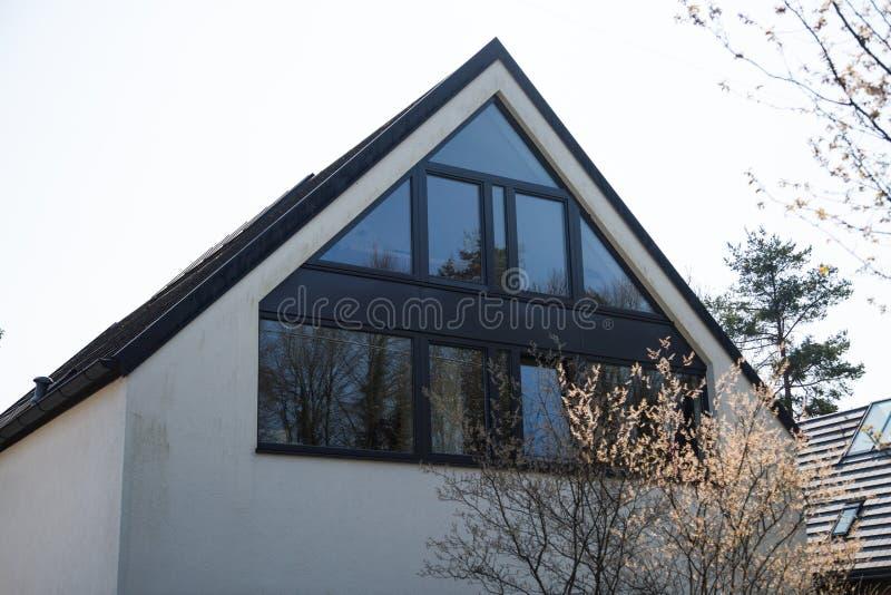 有玻璃门面的独立式住宅 免版税库存照片