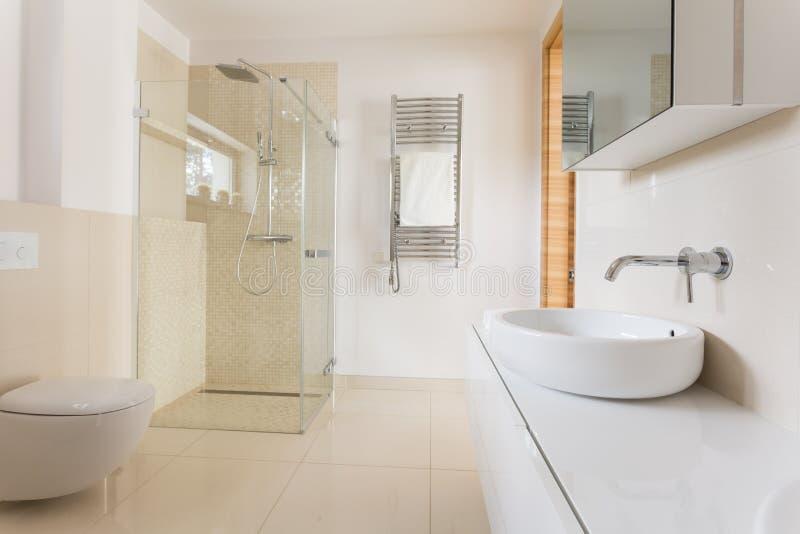 有玻璃阵雨的现代卫生间 库存图片