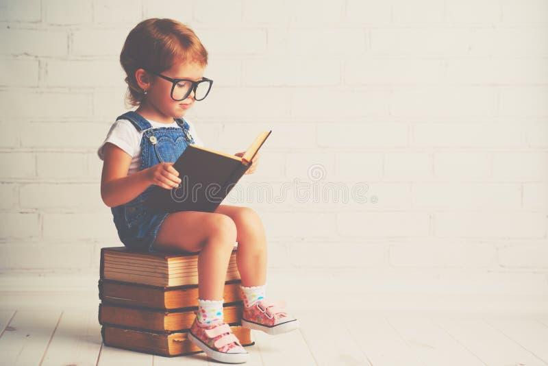 有玻璃读的儿童小女孩书 免版税图库摄影
