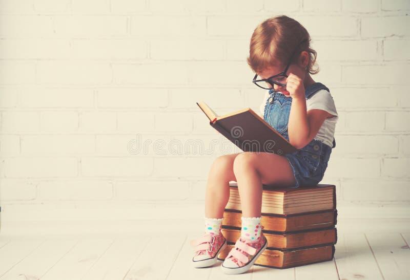 有玻璃读的儿童小女孩书 库存图片