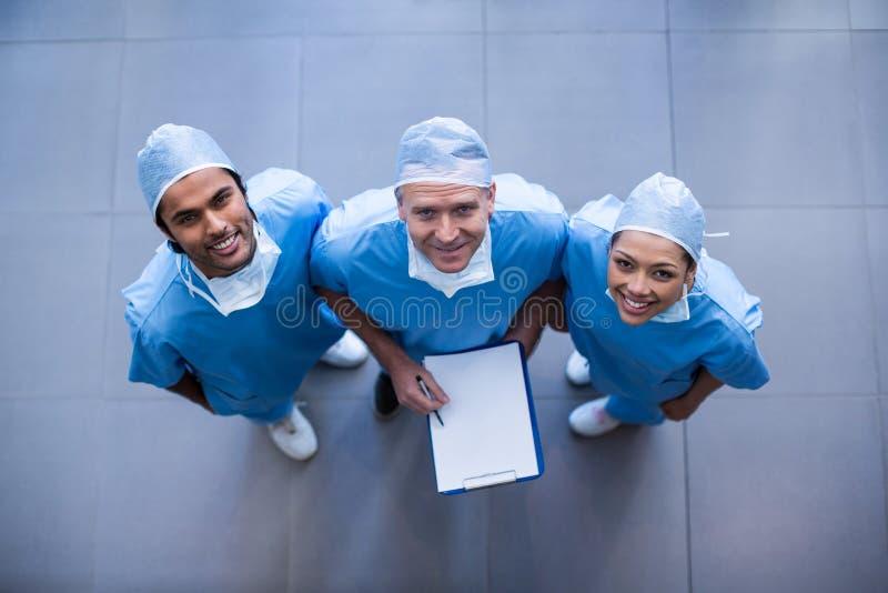 有医疗报告的外科医生 库存图片