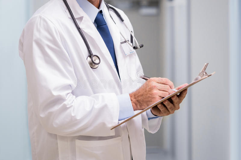 有医疗报告的医生 免版税库存图片
