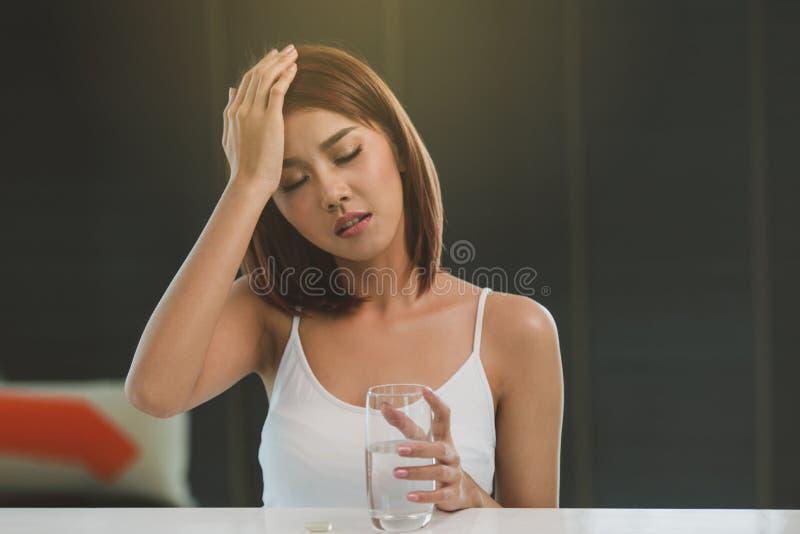 有头疼的美丽的年轻亚裔妇女 免版税库存照片