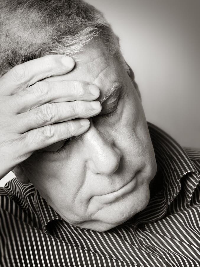 有头疼的老人 免版税图库摄影