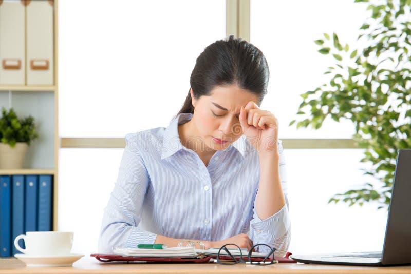 有头疼的年轻亚裔女商人 库存图片