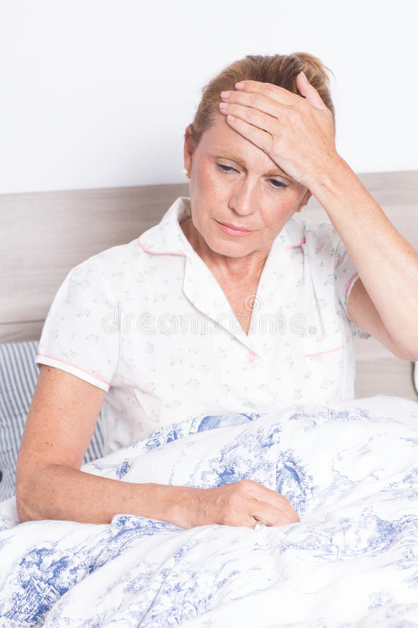有头疼的年长妇女 免版税库存图片