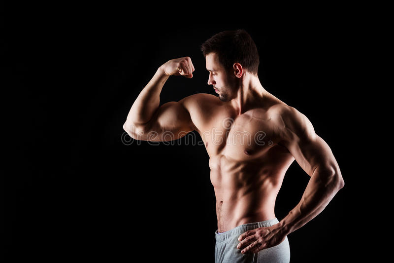 有年轻的人的肌肉和性感的躯干与运动身体的完善的吸收、二头肌和胸口男性厚片 球概念健身pilates放松 免版税库存照片