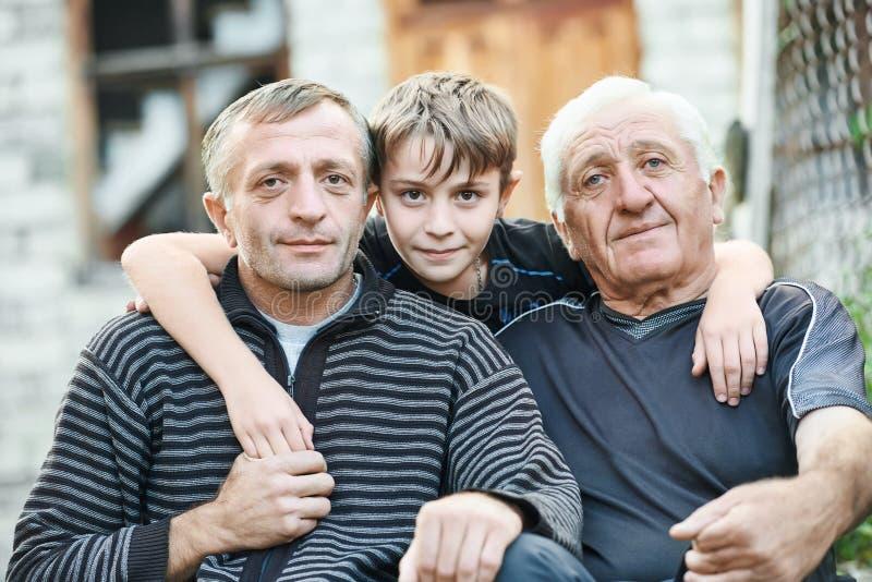 有他的儿子和孙子的祖父在乡间别墅附近 图库摄影