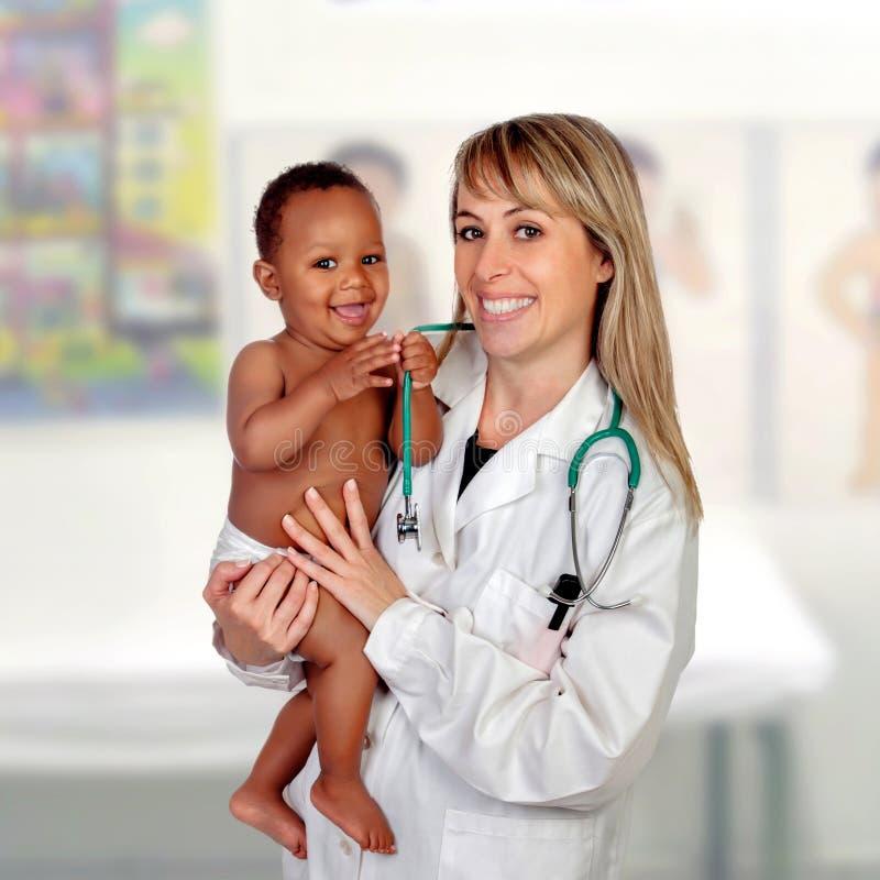 有他的儿科医生的可爱的婴孩 库存图片