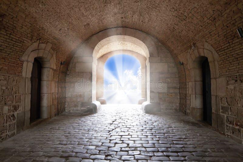 有轻的天空在最后曲拱的在隧道的 免版税库存照片