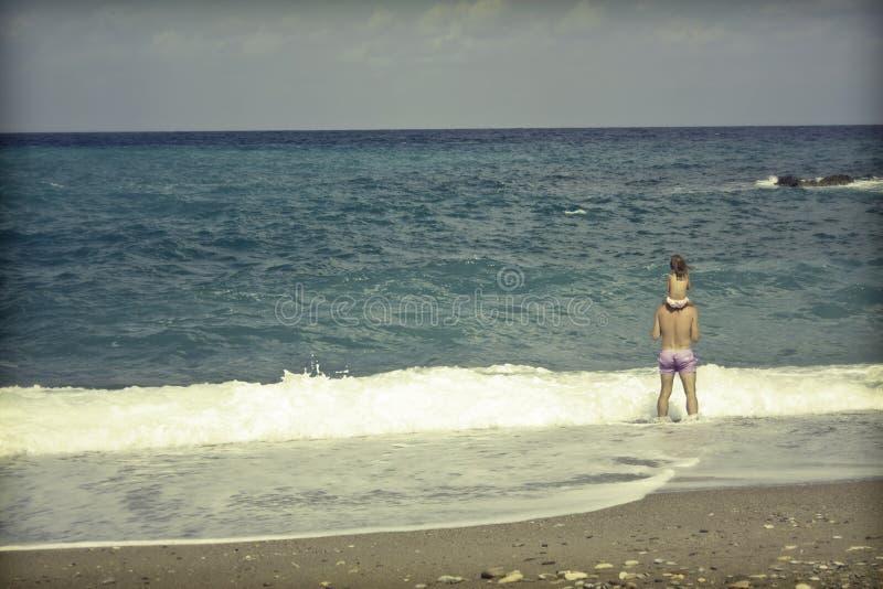 有他的女儿的父母海滩的 免版税库存照片
