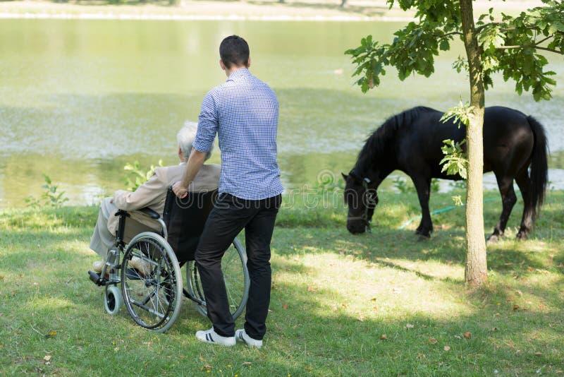 有他的孙子的残疾祖父 免版税库存照片