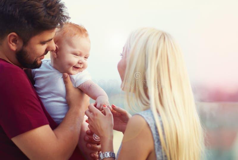 有他的家庭的逗人喜爱的愉快的婴儿婴孩 库存照片