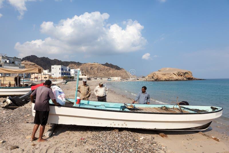 有他们的小船的阿曼渔夫 库存图片
