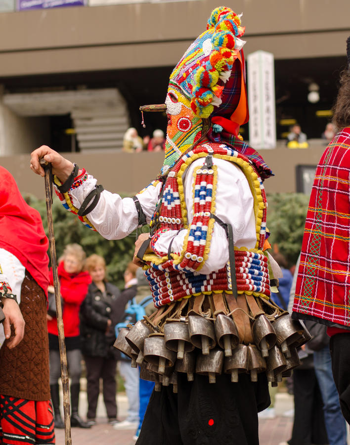 有他的巨型五颜六色的邪恶的面具的传统保加利亚kuker人 免版税库存图片