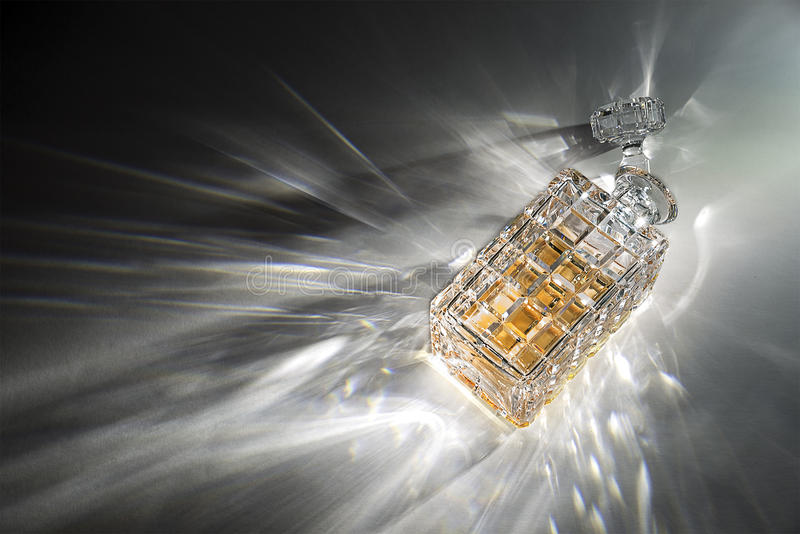 有轻的折射的水晶蒸馏瓶 图库摄影