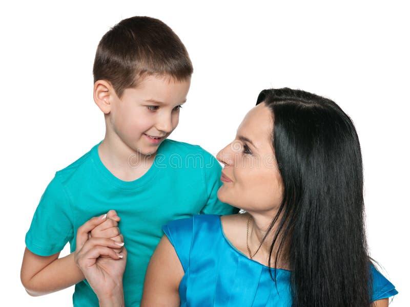 有他的母亲的微笑的小男孩 免版税库存照片