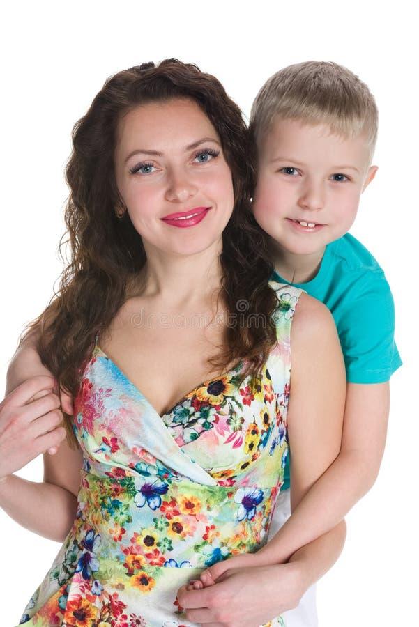 有他的母亲的逗人喜爱的小男孩 免版税库存照片