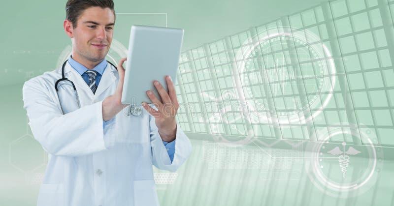 有他的片剂的愉快的医生 免版税库存图片