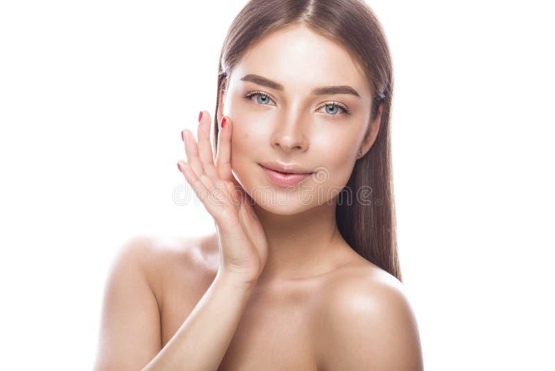 有轻的自然构成和完善的皮肤的美丽的女孩 秀丽表面 免版税库存图片
