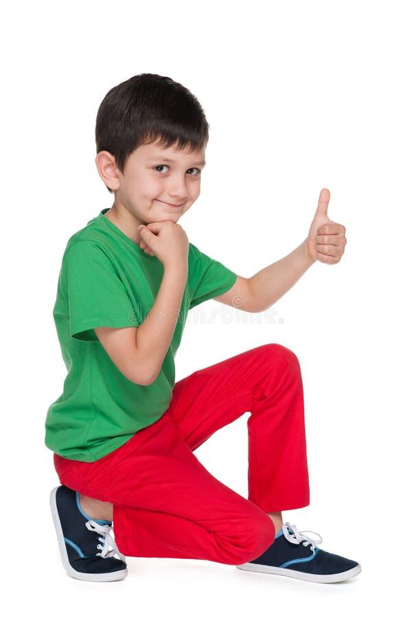 有他的赞许的快乐的小男孩 库存照片