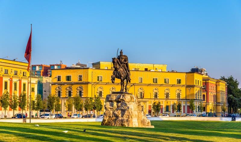 有他的雕象的斯甘德伯广场在地拉纳 免版税库存照片