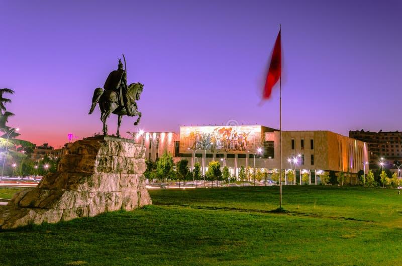 有他的雕象的斯甘德伯广场在地拉纳 免版税图库摄影
