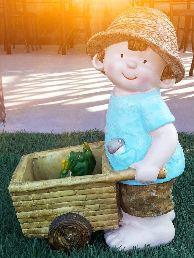 有他的青蛙的一个男孩 库存照片