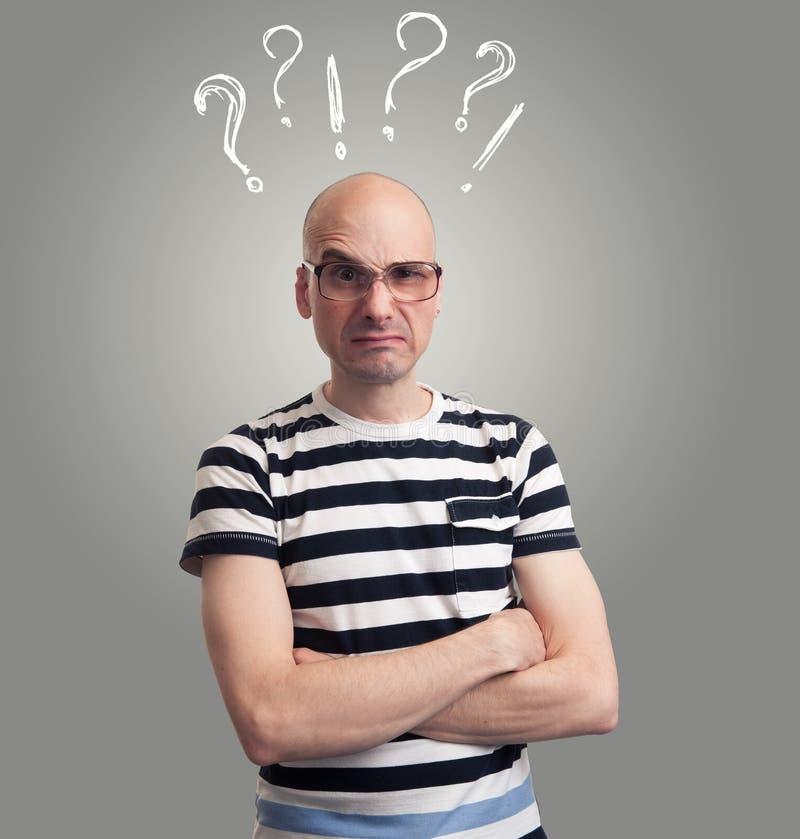 有傻的鬼脸的秃头人 免版税库存图片
