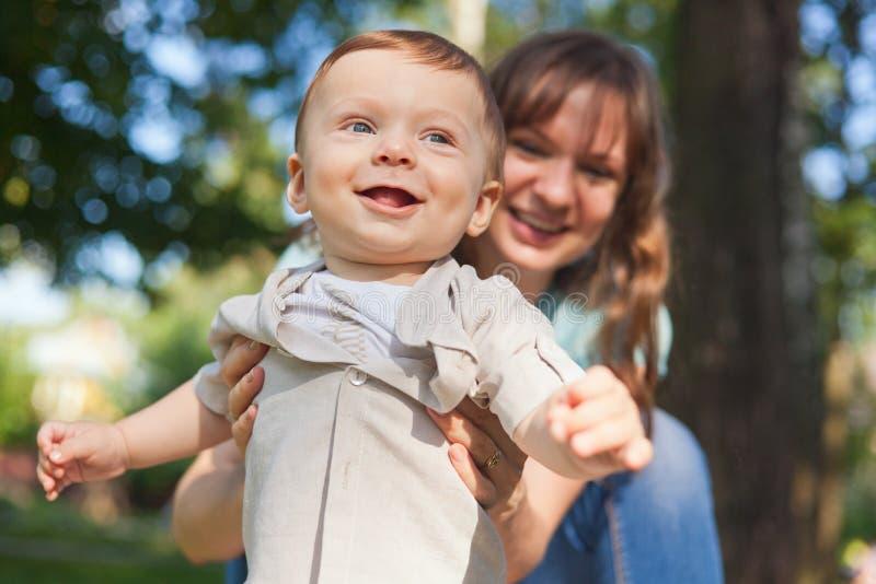有他的motter的男婴在夏天公园 库存照片