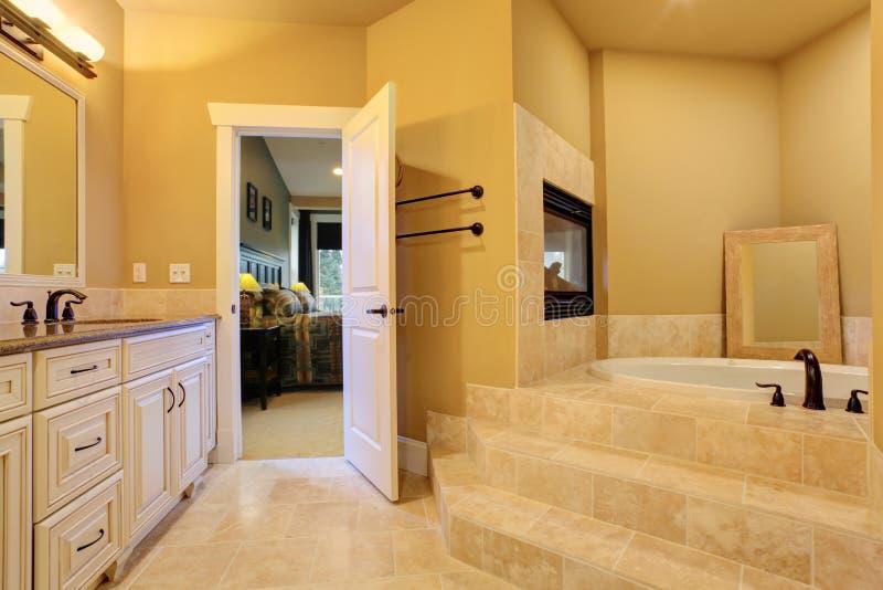 有浴盆和壁炉的卫生间 免版税库存照片