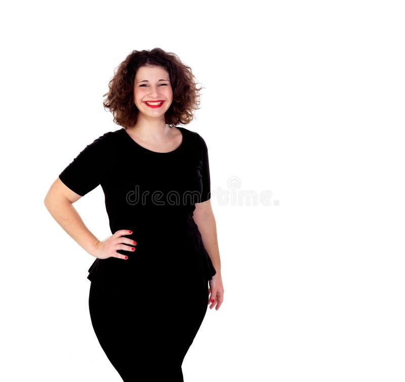 有黑礼服和红色嘴唇的美丽的弯曲的女孩 免版税库存照片