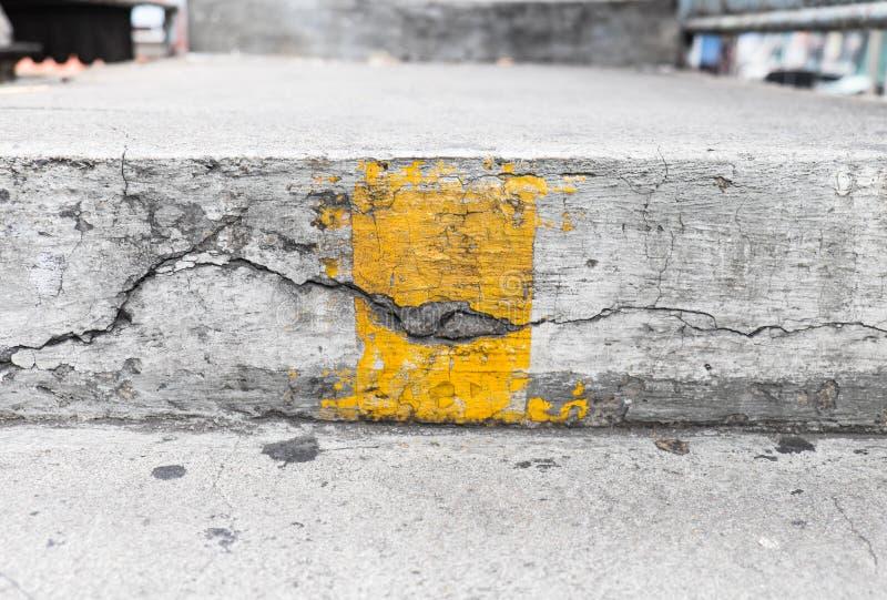有黄线的台阶 图库摄影
