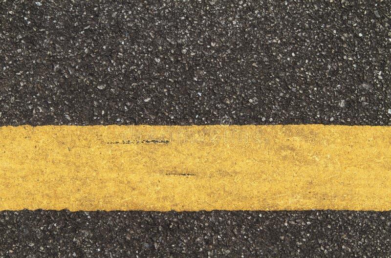 有黄线的柏油路 免版税库存照片