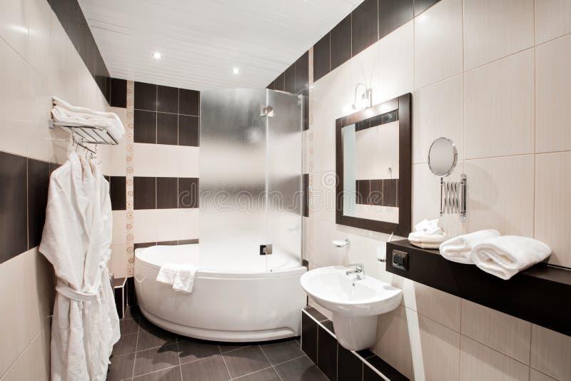 有浴缸和窗口的现代豪华卫生间 内部装饰业 免版税图库摄影