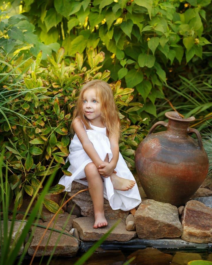 有水罐的小女孩 图库摄影