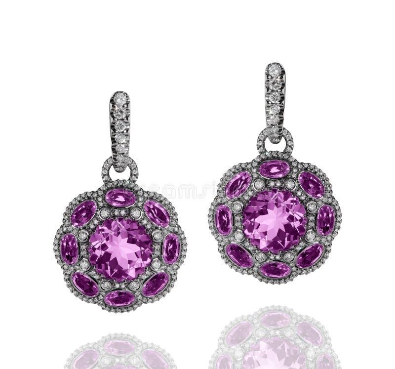 有紫罗兰色紫晶和白色金刚石的人造白金耳环 库存图片