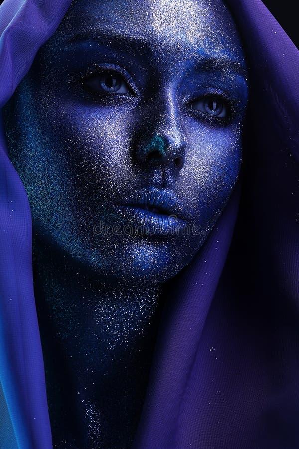 有紫罗兰色bodyart的美丽的肉欲的妇女在织品 库存照片